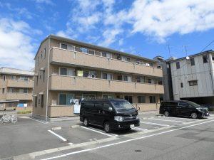 北長瀬表町2丁目の3階建てアパートです☆